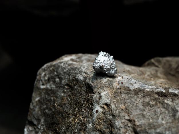 Pepita de prata na grande pedra