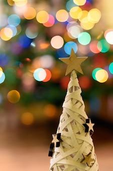 Pequena árvore de natal com luzes bokeh