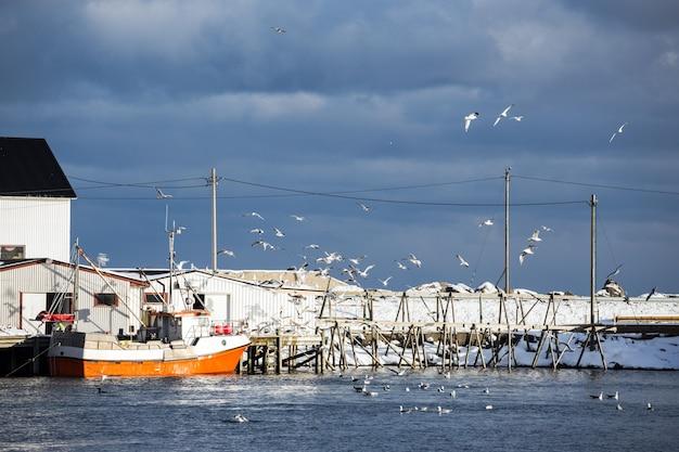 Pequena baía no inverno nas ilhas lofoten. navios e rorbu. noruega
