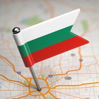 Pequena bandeira da bulgária colada no fundo do mapa com foco seletivo.