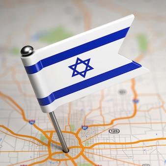 Pequena bandeira de israel colada no plano de fundo do mapa com foco seletivo.