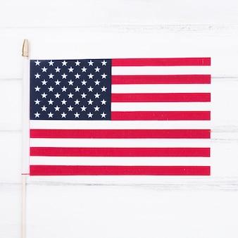 Pequena bandeira dos eua na mesa branca