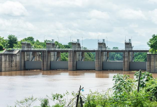 Pequena barragem que fechou o portão
