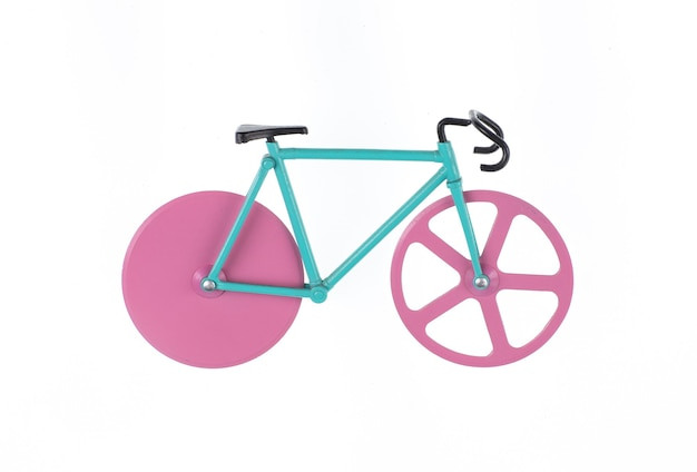 Pequena bicicleta de brinquedo isolada no fundo branco