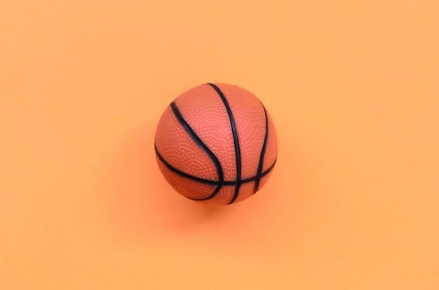 Pequena bola laranja para fundo de basquete