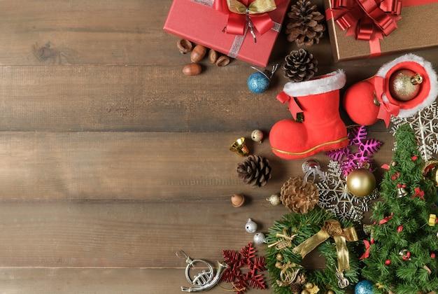 Pequena bota de papai noel com decorações e caixas de presente em madeira