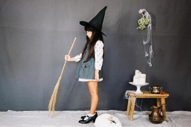 Pequena bruxa e vassoura