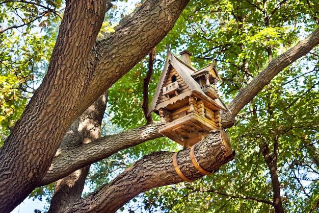 Pequena cabana de madeira esculpida em uma árvore