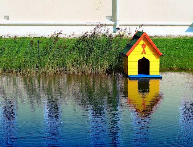 Pequena cabana de rio para animais paisagem de fundo hd