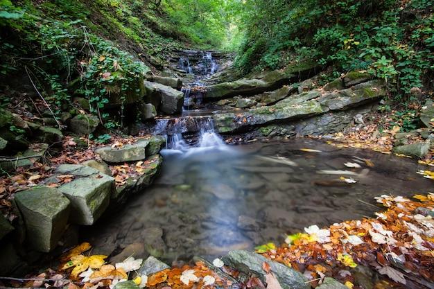 Pequena cachoeira de outono nas montanhas dos cárpatos, ucrânia