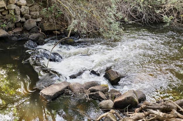 Pequena cachoeira de seda em um rio