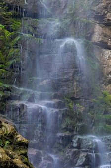 Pequena cachoeira nas rochas do município de skrad na croácia