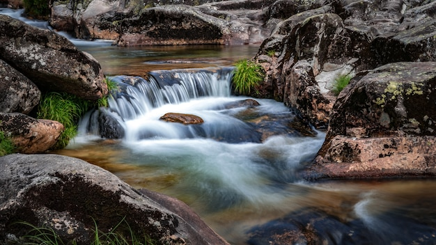 Pequena cachoeira no rio verdugo em puentecaldelas