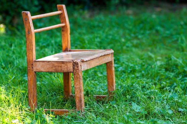 Pequena cadeira velha na grama verde