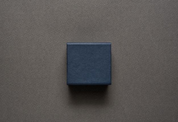 Pequena caixa de jóias preta fechada
