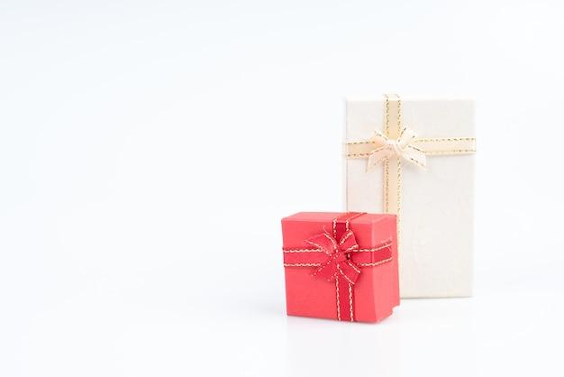 Pequena caixa de presente com fita e laço
