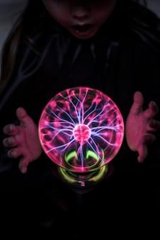 Pequena cartomante com uma bola de plasma