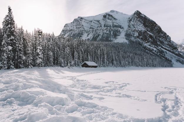 Pequena casa de campo nas montanhas