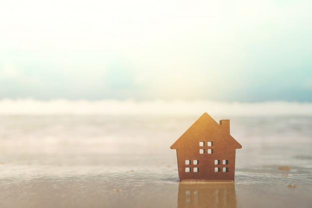 Pequena casa em uma praia arenosa