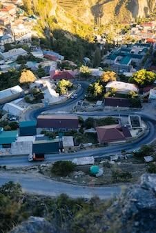 Pequena cidade na montanha, estrada sinuosa