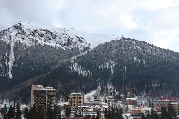 Pequena cidade no sopé de uma montanha nevada