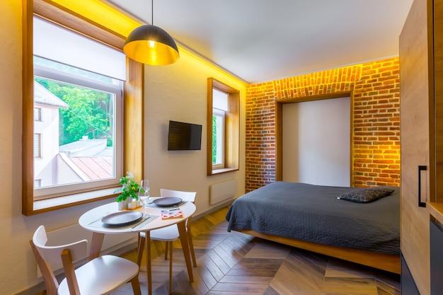 Pequena cozinha junto com sala de estar em estilo loft