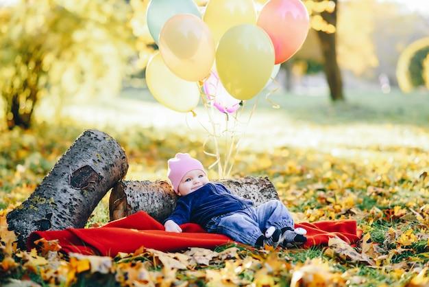 Pequena criança em um parque