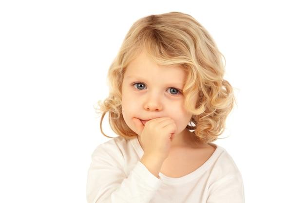 Pequena criança loira bitting suas unhas