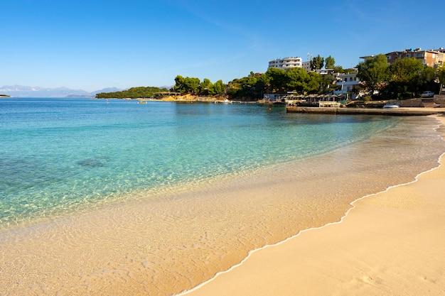 Pequena e bonita baía com praia de areia.
