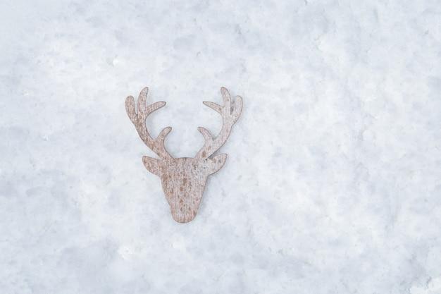 Pequena figura de madeira de veado, cabeça e chifres de veado. símbolo de natal e ano novo