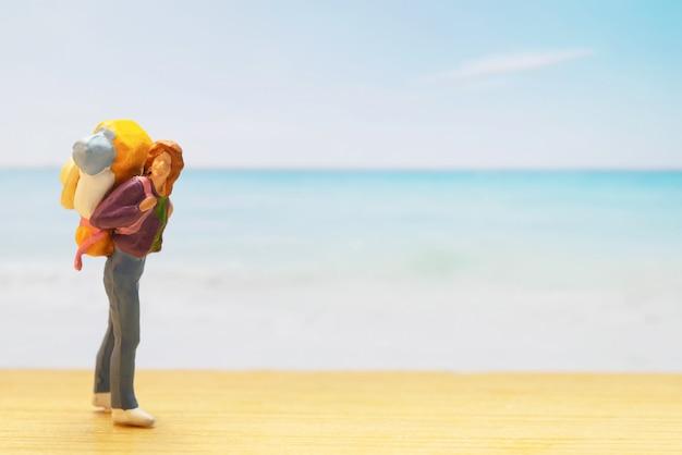 Pequena figura de viajante para o dia mundial do turismo