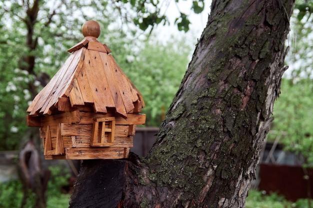 Pequena gaiola decorativa. casa na árvore