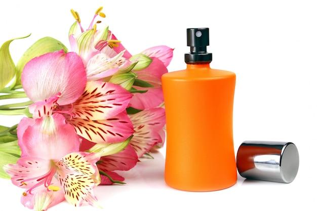 Pequena garrafa com um perfume líquido e flores