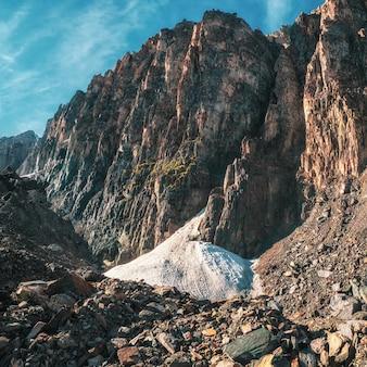 Pequena geleira nas grandes montanhas. vale da montanha rochosa na alta muralha das montanhas. vistas quadradas.