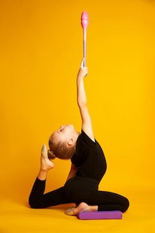 Pequena ginasta dançando com varinha