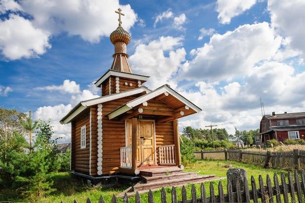 Pequena igreja de madeira