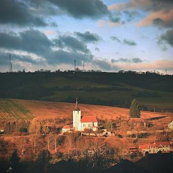 Pequena igreja em uma vila. dolni loucky república tcheca