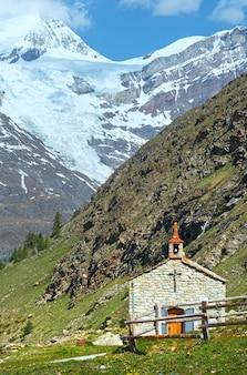 Pequena igreja no planalto de montanha dos alpes de verão (suíça, perto de zermatt)