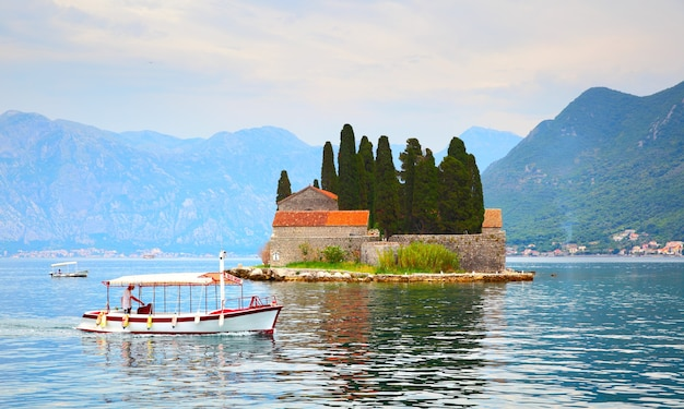 Pequena ilha de são jorge na baía de kotor, montenegro