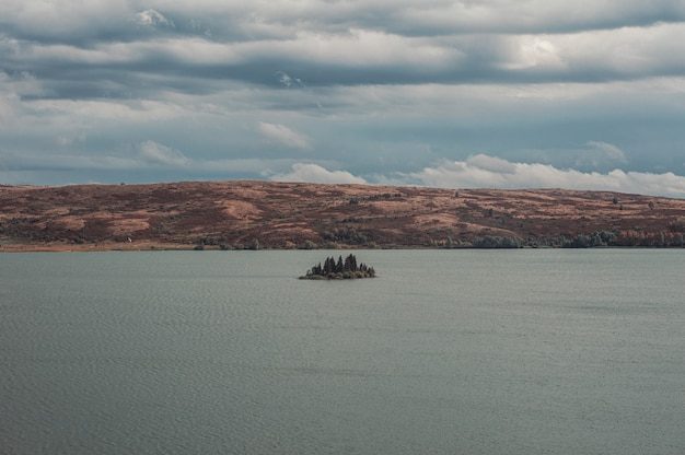 Pequena ilha no grande lago