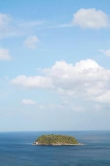 Pequena ilha no mar azul