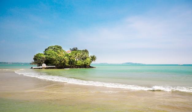 Pequena ilha paradisíaca na costa do sri lanka. praia do ceilão, oceano índico