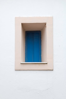 Pequena janela azul velha vintage.
