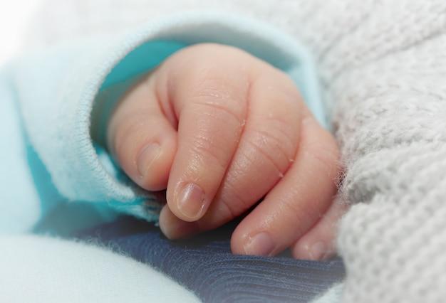 Pequena mão de bebê