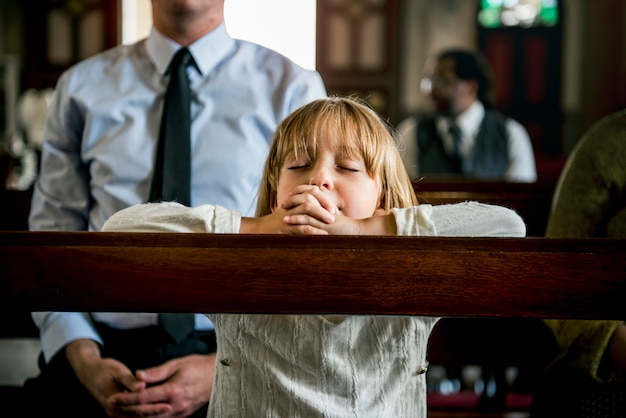 Pequena menina rezando igreja acreditar fé religiosa