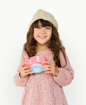 Pequena menina sorrindo felicidade papel craft artes câmera fotografando estúdio retrato