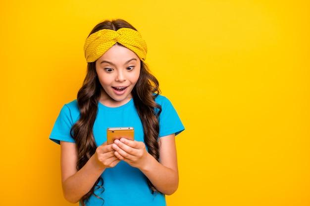 Pequena modelo animada segurando telefone conversando