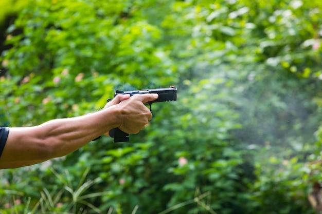 Pequena nuvem de fumaça saindo de uma arma após ser demitida
