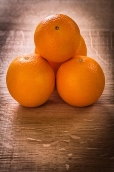 Pequena pilha de frutas laranja na mesa de madeira