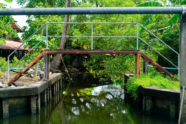 Pequena ponte cruza o pequeno canal